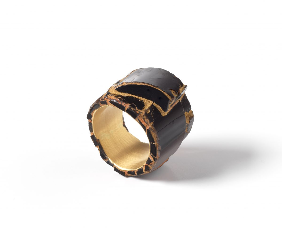 Kazuhiro Kageyama, ring, 2014, Urushi varnish, gold pigments, vermillion, 18KYG Urushi works, gold, h. 2 cm, w. 2 cm, d. 2 cm, Die Neue Sammlung – Permanent loan from Danner Foundation, Munich, Photo: Die Neue Sammlung (Alexander Laurenzo)