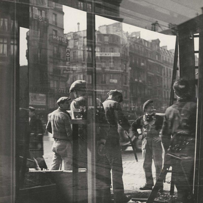 Arbeiter am Bahnhof St. Lazare, Paris, 1930/35, Silbergelatineabzug, 27,5 x 23,6 cm, Stiftung Ann und Jürgen Wilde, Pinakothek der Moderne, München