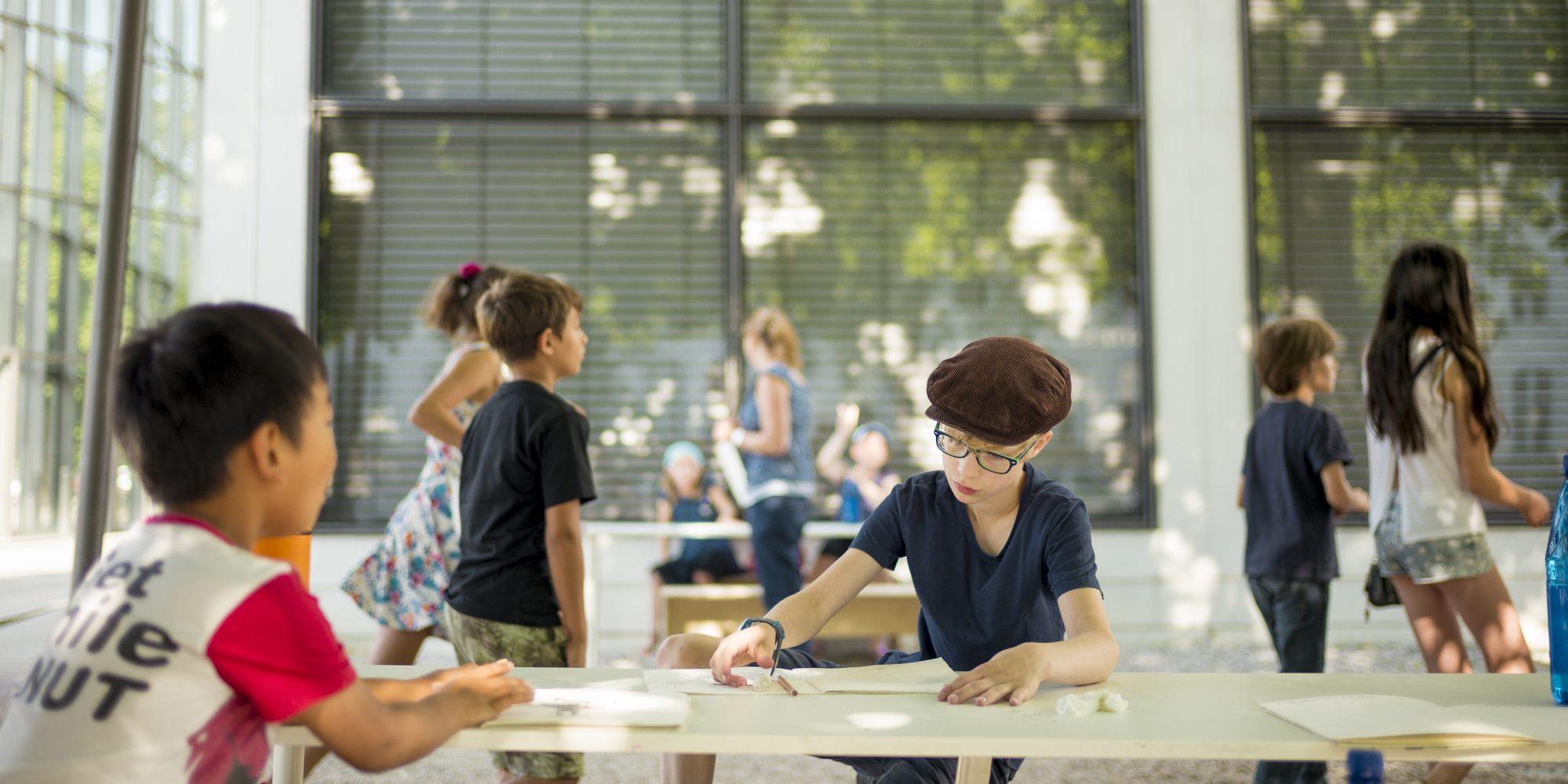 Sommerferienprogramm vor der Pinakothek der Moderne, Foto: Falk Kagelmacher