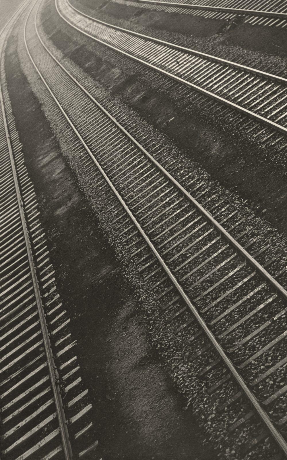Aenne Biermann, Bahnschienen, 1932, Silbergelatine-Abzug, 24,1 x 17,5 cm, Foto: Sibylle Forster, Stiftung Ann und Jürgen Wilde, Pinakothek der Moderne, München