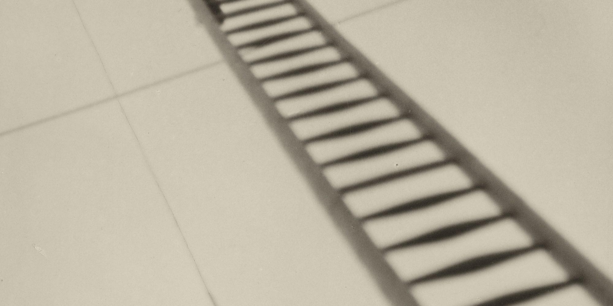 Aenne Biermann, Reparatur, ca. 1930/31, Silbergelatine-Abzug, 24,8 x 18 cm, Foto: Sibylle Forster, Stiftung Ann und Jürgen Wilde, Pinakothek der Moderne, München