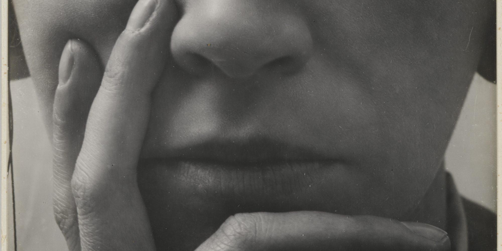 Aenne Biermann, Dame mit Monokel, 1928/29, Silbergelatine-Abzug, 17 x 12,6 cm, Foto: Sibylle Forster, Stiftung Ann und Jürgen Wilde, Pinakothek der Moderne, München