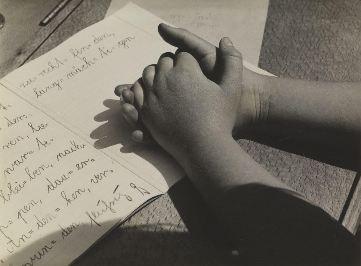 Aenne Biermann, Kinderhände (Helga), 1928, Silbergelatine-Abzug, 12,3 x 16,6 cm, Foto: Sibylle Forster, Stiftung Ann und Jürgen Wilde, Pinakothek der Moderne, München