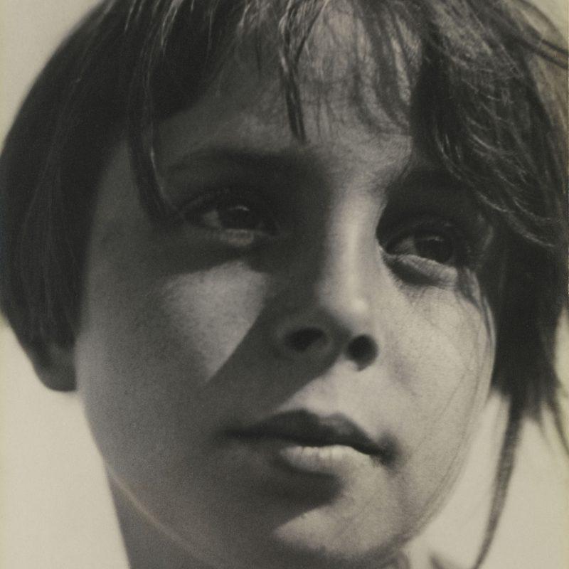 Aenne Biermann, Betrachtung (Tochter Helga), 1930, Silbergelatine-Abzug, 58 × 42 cm, Foto: Sibylle Forster, Stiftung Ann und Jürgen Wilde, Pinakothek der Moderne, München