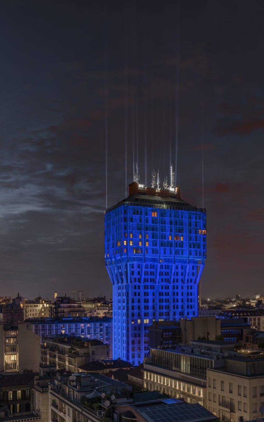 Ingo Maurer + Team, Torre Velasca Blu, 2019. Foto: Tom Vack