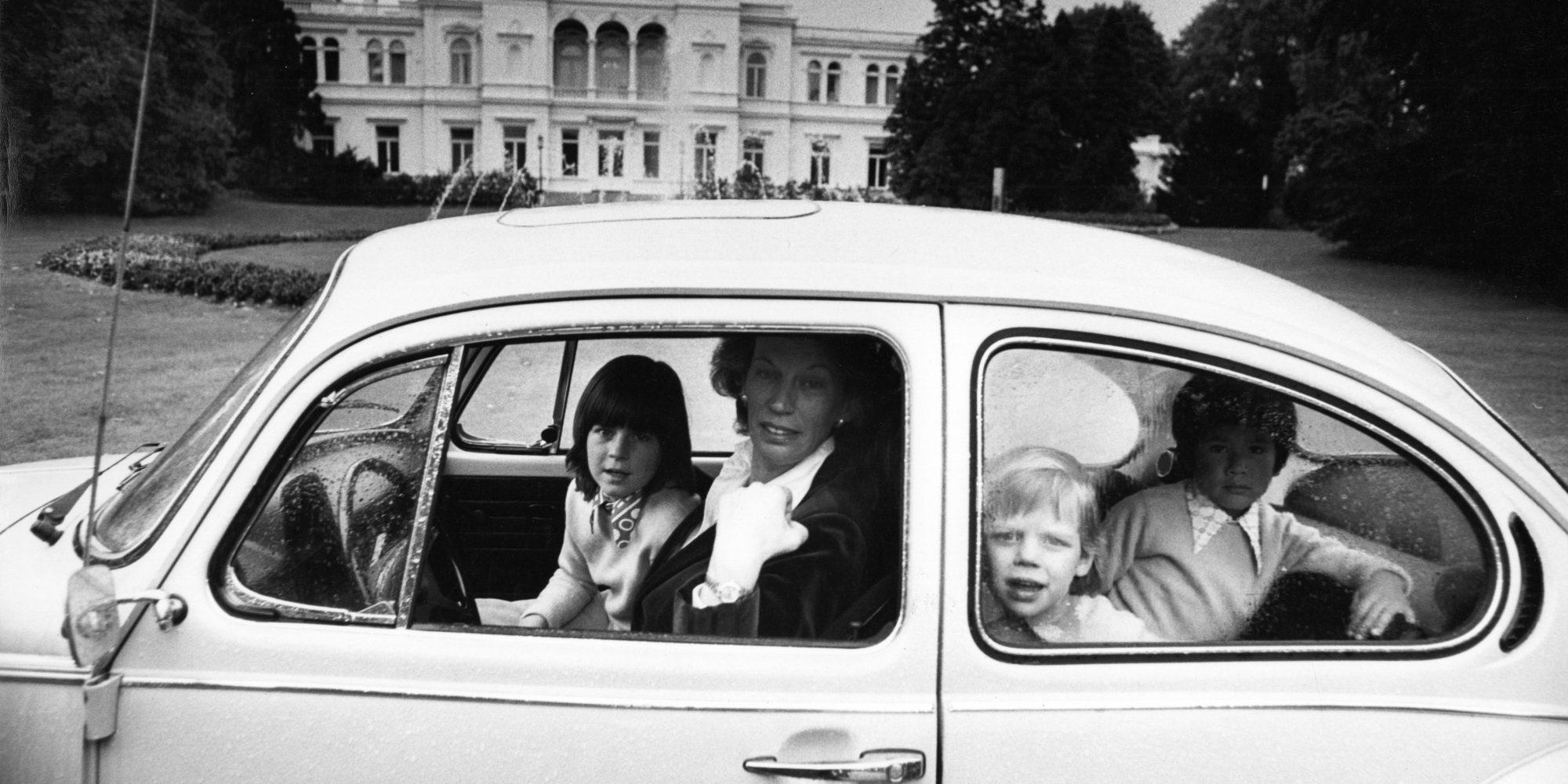 Mildred Scheel und ihre Kinder im VW Käfer vor der Villa Hammerschmidt, 1974
