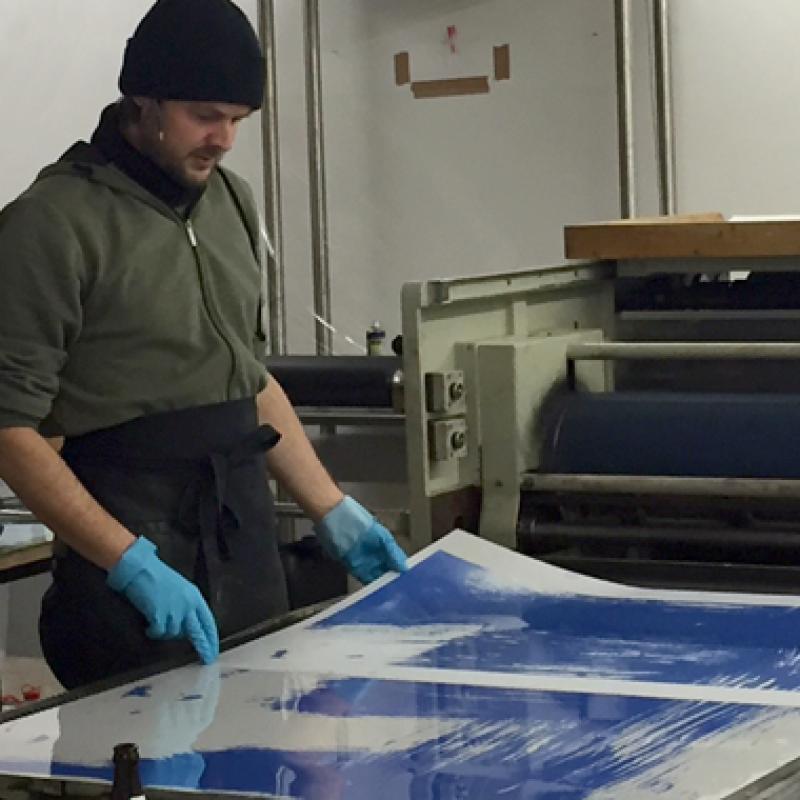 An der Presse in der Studienwerkstatt, Lithographie der Akademie der Bildenden Künste München
